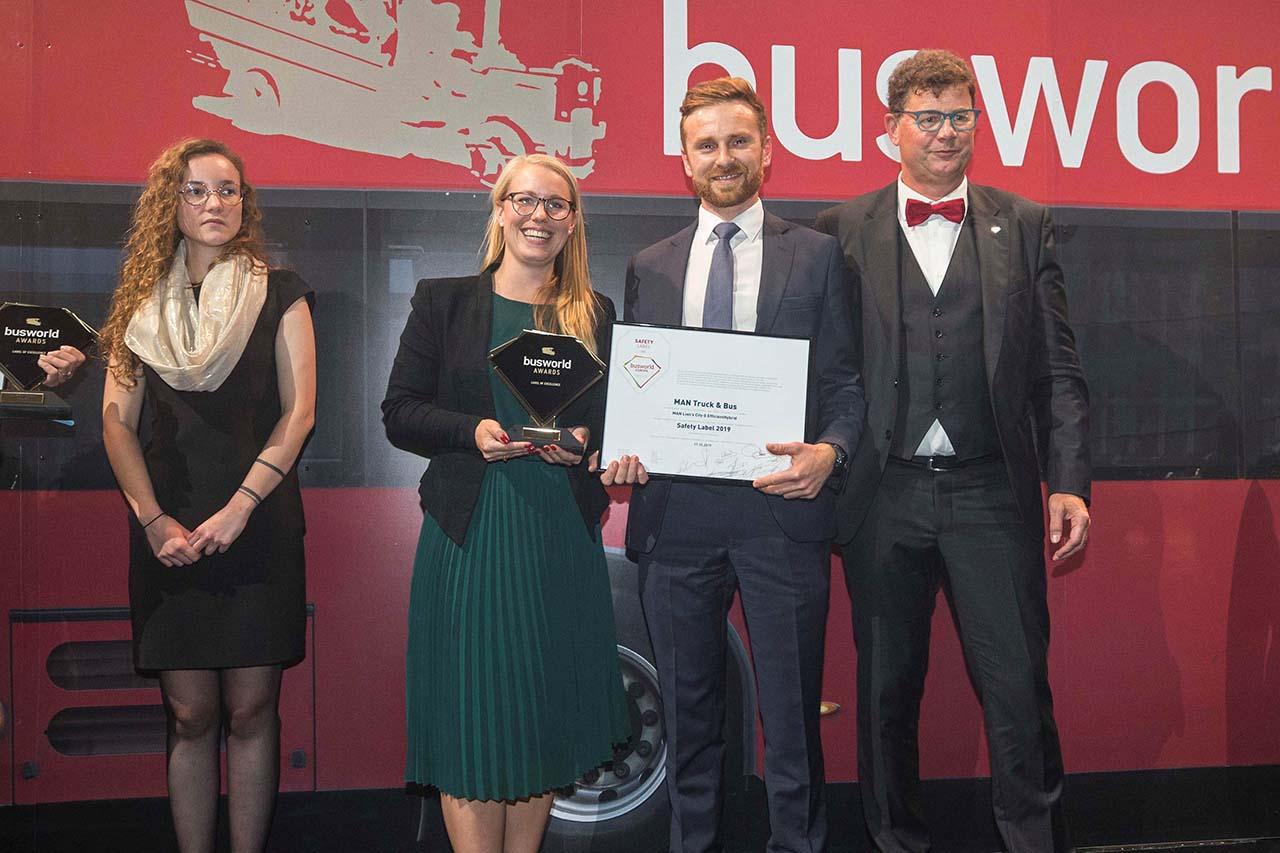 """Entrega do """"Safety Label 2019"""" Busworld Award para o MAN Lion's City G EfficientHybrid — Foto: Busworld.org"""