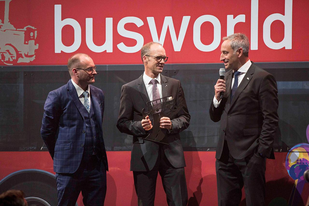 "Entrega do Award ""Coach Of The Year 2020"" para o MAN Lion's Coach, no centro Jan Aichinger, à direita Rudi Kuchta — Foto: Busworld.org"