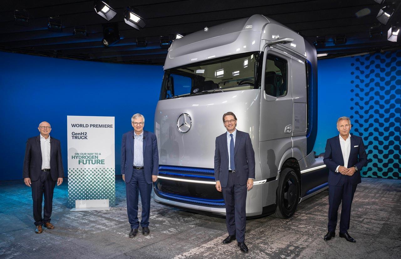 Sven Ennerst, Martin Daum, Andreas Scheuer, Stefan Buchner (left to right) – Source: Daimler