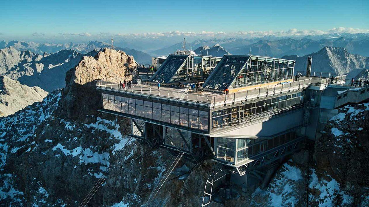 Bayerische Zugspitzbahn e Tiroler Zugspitzbahn a caminho do pico da montanha mais alta da Alemanha